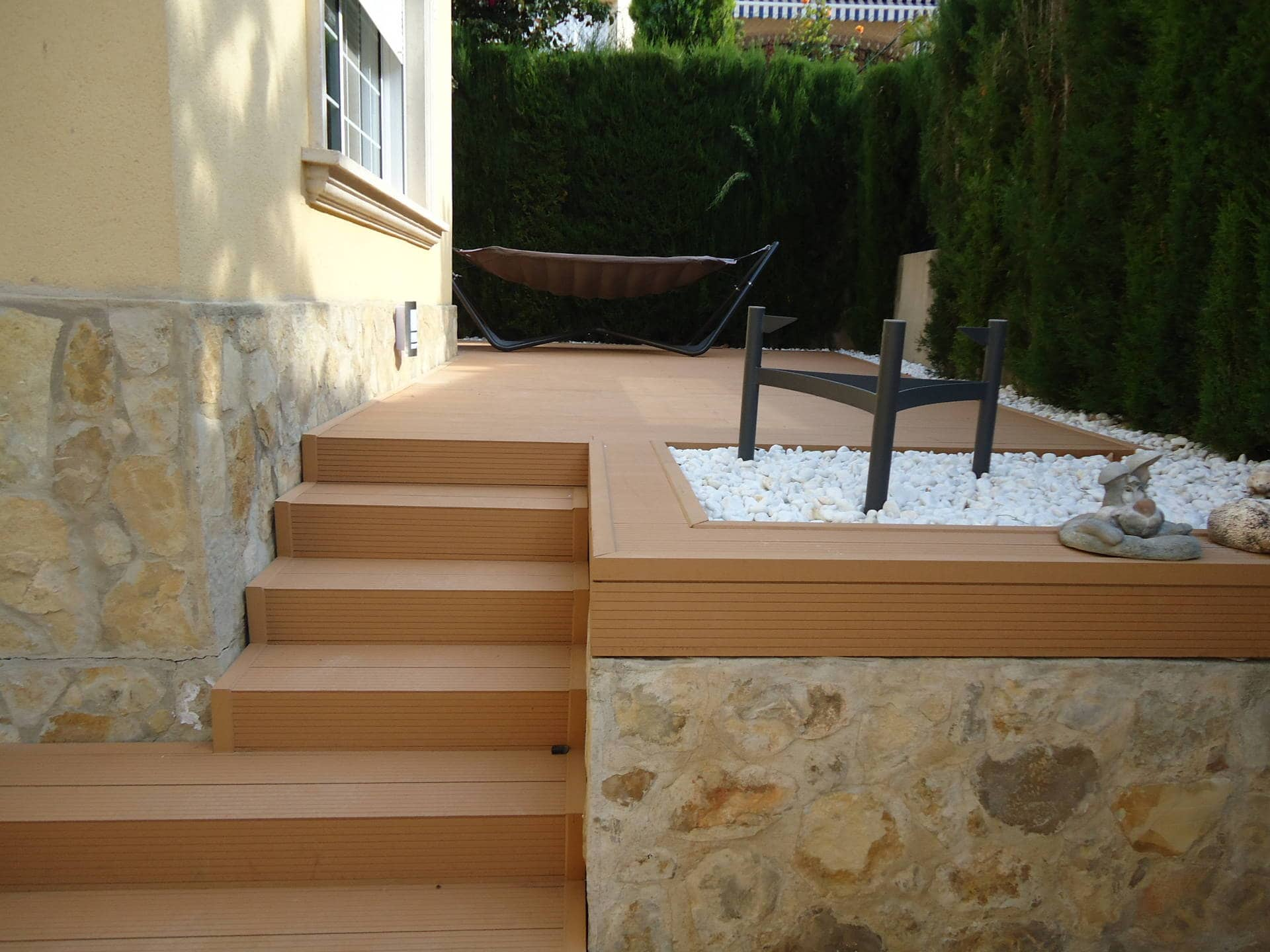 Outdoor decking lineal finish surface for pools for Escaleras exteriores