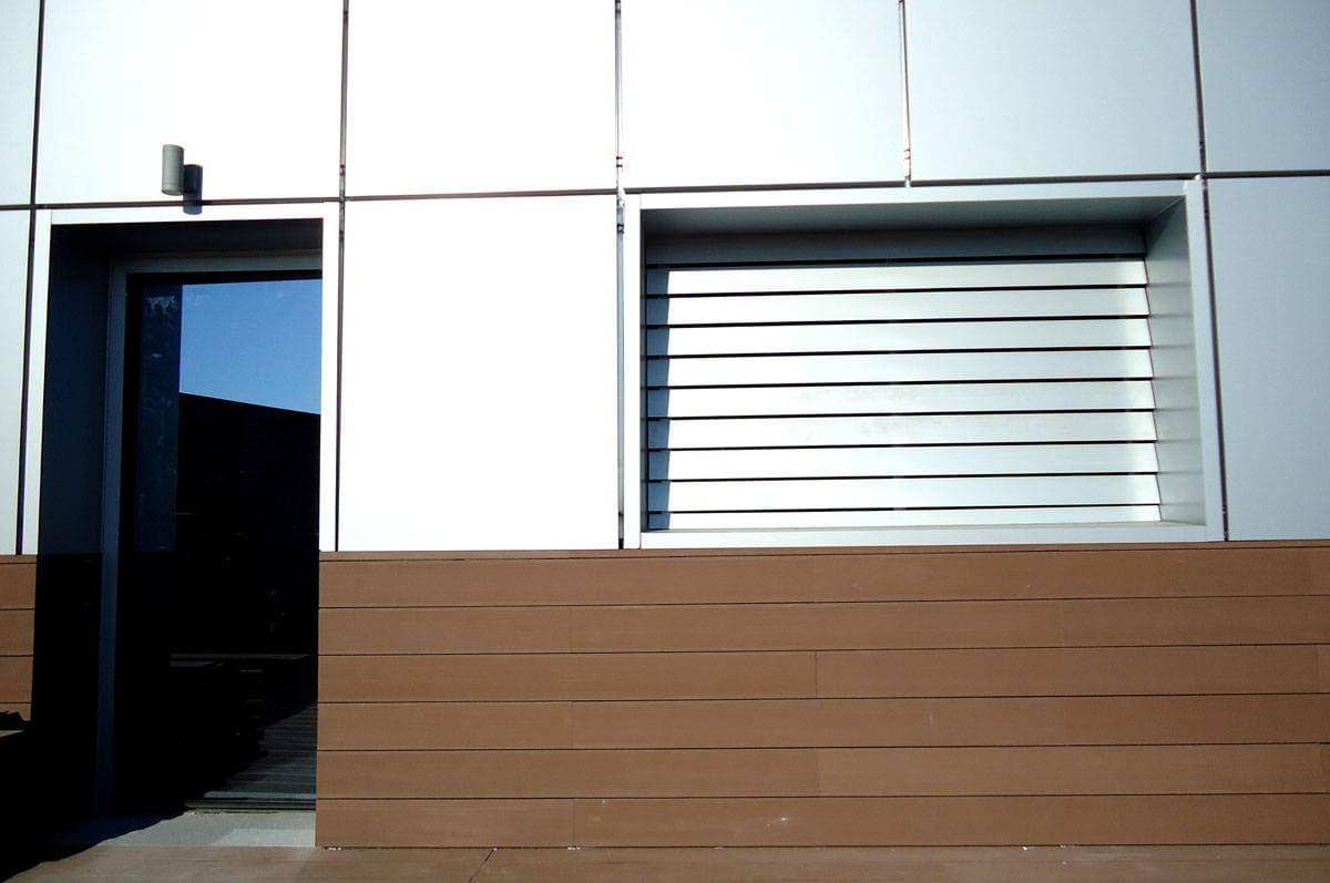 Friso de madera tecnol gica como revestimiento neoture for Restaurantes modernos exterior