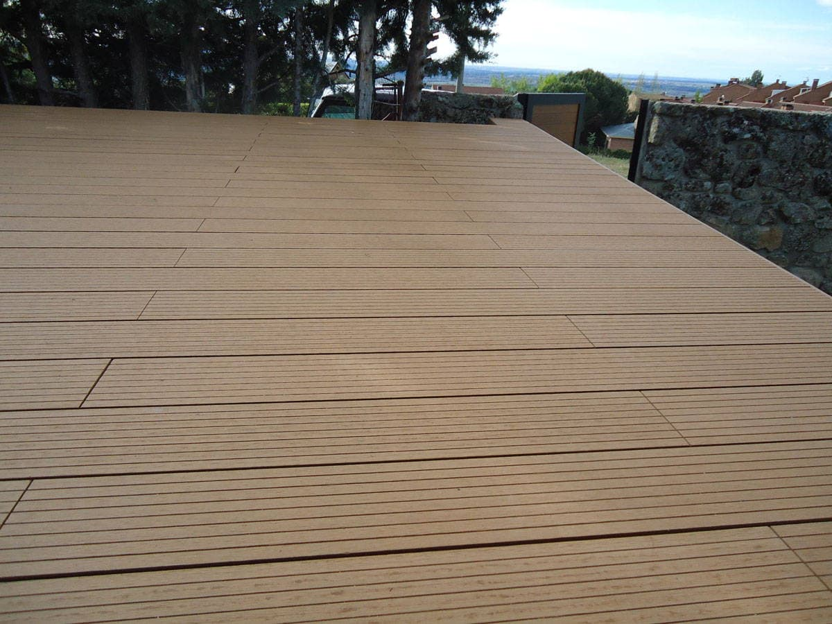 Un suelo de madera para exterior con tarima composite for Suelo composite exterior